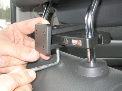Inštalácia produktu Konzola pre montáž na sedadlo v aute (na opierku hlavy) 95-155m. Krok 2.
