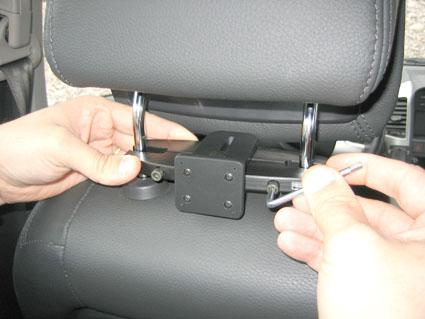 Inštalácia produktu Konzola pre montáž na sedadlo v aute (na opierku hlavy) 95-155m. Krok 3.