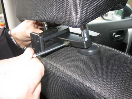 Inštalácia produktu Konzola pre montáž na sedadlo v aute (na opierku hlavy) 123- 183mm. Krok 3.