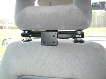 Konzola pre montáž na prednom sedadle auta (na opierku hlavy) - nainštalovaná