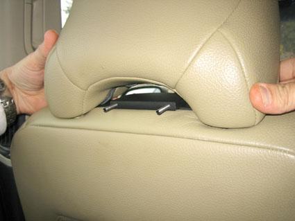 Inštalácia produktu Konzola pre montáž na sedadlo v aute (na opierku hlavy) Volvo. Krok 2.