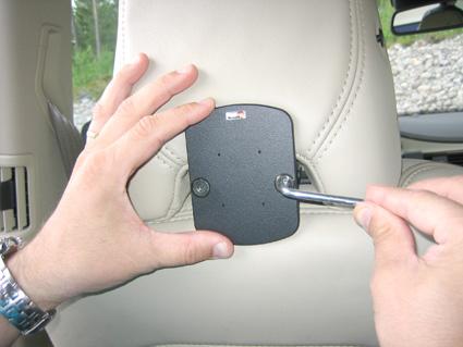 Inštalácia produktu Konzola pre montáž na sedadlo v aute (na opierku hlavy) Volvo. Krok 3.