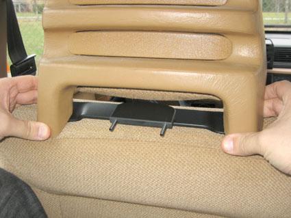 Inštalácia produktu Konzola pre montáž na sedadlo v aute (na opierku hlavy) Volvo II. Krok 2.
