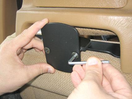 Inštalácia produktu Konzola pre montáž na sedadlo v aute (na opierku hlavy) Volvo II. Krok 3.