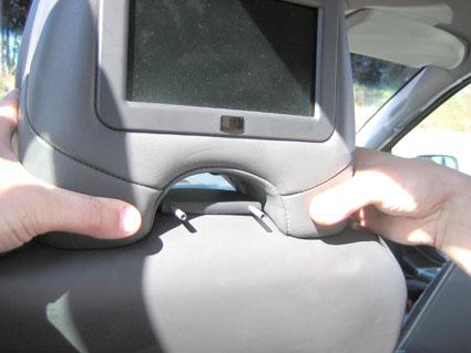 Inštalácia produktu Konzola pre montáž na sedadlo v aute na opierku hlavy Volvo XC90. Krok 2.