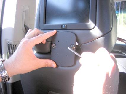 Inštalácia produktu Konzola pre montáž na sedadlo v aute na opierku hlavy Volvo XC90. Krok 3.