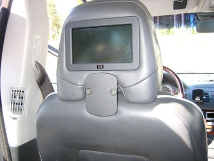 Inštalácia produktu Konzola pre montáž na sedadlo v aute na opierku hlavy Volvo XC90. Krok 4.