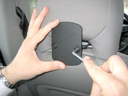 Inštalácia produktu Konzola pre montáž na sedadlo v aute (na opierku hlavy) Volvo III. Krok 3.