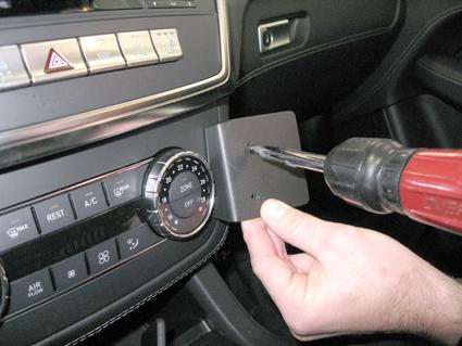 Inštalácia konzoly Proclip 854709 - Mercedes Benz GL-Class 13-19, Mer, stred, vpravo. Krok 3.
