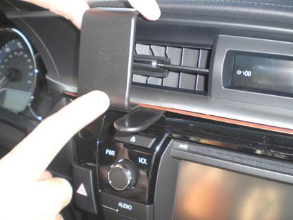 Inštalácia konzoly Proclip 854955 - Toyota Corolla 14-15, stred. Krok 2.