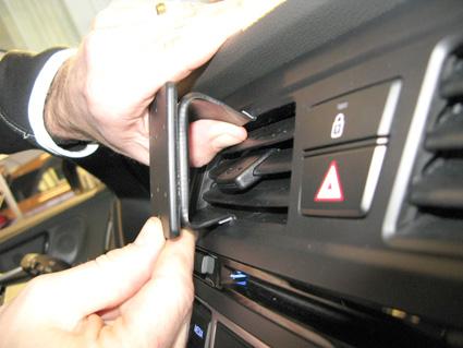 Inštalácia konzoly Proclip 855083 - Hyundai i20 15-18, stred. Krok 2.