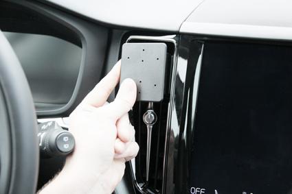 Inštalácia konzoly Proclip 855326 - Volvo XC60 18-19, S60 19-19, V60 19-19, stred. Krok 2.