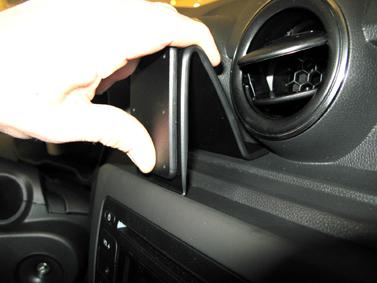 Inštalácia konzoly Proclip 855395 - Dacia Duster 18-20, stred. Krok 2.