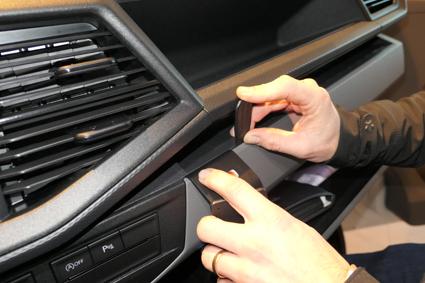 Inštalácia konzoly Proclip 855588 - Volkswagen T6.1 20, stred,vpravo. Krok 1.