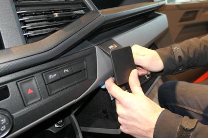 Inštalácia konzoly Proclip 855588 - Volkswagen T6.1 20, stred,vpravo. Krok 2.