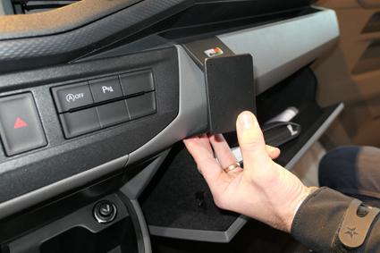 Inštalácia konzoly Proclip 855588 - Volkswagen T6.1 20, stred,vpravo. Krok 3.