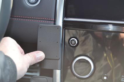 Inštalácia konzoly Proclip 855596 - Land Rover Discovery Sport 20, stred,vpravo. Krok 3.
